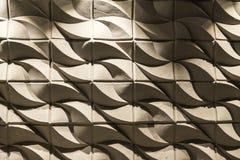 有波浪形状的白水泥墙壁作为抽象背景 图库摄影