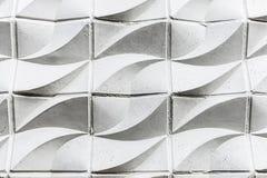有波浪形状的白水泥墙壁作为背景 免版税库存照片