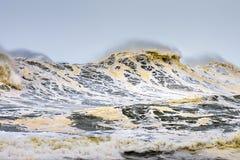 有波浪打破和泡沫的风大浪急的海面 免版税库存图片