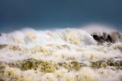 有波浪打破的风大浪急的海面 图库摄影