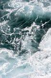 有波浪漩涡的咆哮大西洋海从上面在马德拉丰沙尔,葡萄牙 免版税库存图片