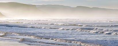 有波浪的全景在海岸线 免版税图库摄影