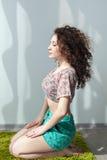 有波浪的女孩参与舒展和瑜伽 免版税库存照片