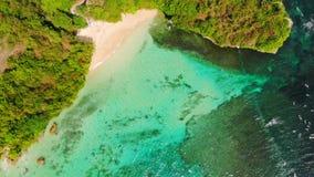 有波浪的热带海滩和绿松石海洋,鸟瞰图 影视素材