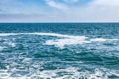 有波浪的蓝色与云彩的海和天空 免版税库存图片