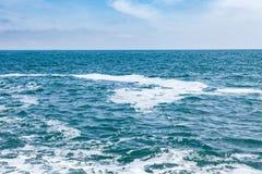有波浪的蓝色与云彩的海和天空 免版税库存照片