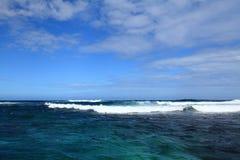 有波浪的蓝色迷人的海 免版税库存照片