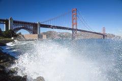 有波浪的金门大桥 免版税库存照片