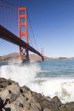 有波浪的金门大桥 免版税库存图片