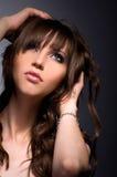 有波浪长的头发的性感的深色的女孩 免版税库存照片