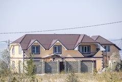有波纹状的板料塑料窗口和屋顶的议院  金属外形波浪形状屋顶在房子的有塑料窗口的 免版税库存照片