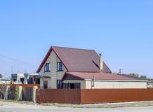 有波纹状的板料塑料窗口和屋顶的议院  金属外形波浪形状屋顶在房子的有塑料窗口的 免版税图库摄影