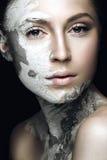 有泥的美丽的女孩在他的面孔 装饰性的屏蔽 秀丽表面 库存图片