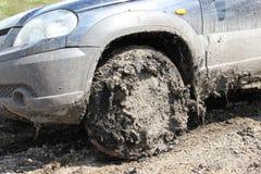 有泥的车胎对此 免版税库存照片