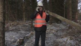 有注册肩膀的伐木工人谈话在电话 股票录像