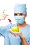 有注射器和苹果的新医生 库存图片