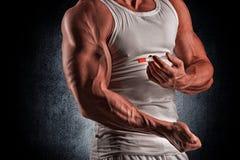 有注射器的一个肌肉人 免版税库存照片