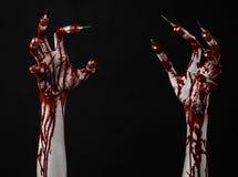有注射器的在手指,脚趾注射器,手注射器,可怕的血淋淋的手,万圣夜题材,蛇神医生血淋淋的手,黑 免版税库存照片