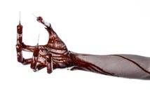有注射器的在手指,脚趾注射器,手注射器,可怕的血淋淋的手,万圣夜题材,蛇神医生血淋淋的手,白色 免版税库存照片
