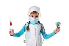 有注射器的女性护士和药片在手上,概念流感预防针疫苗小瓶药量皮下注射治疗 免版税库存图片