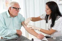 有注射器的护士在医生办公室采取测试的血液 免版税库存照片