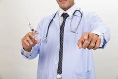 有注射器的医生为医疗射入和点做准备 免版税库存图片