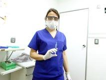 有注射器的医疗或护士在她的手上 免版税库存图片