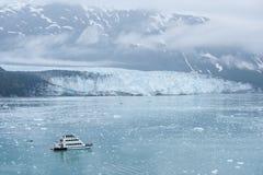 有注意Hubbard冰川的游人的小船。 阿拉斯加 图库摄影
