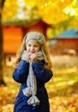 有注视长的头发的美丽的六岁的白肤金发的女孩快乐 图库摄影
