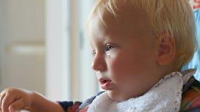 有泪珠的生气婴孩在面颊 影视素材