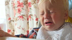 有泪珠的生气婴孩在面颊 股票录像