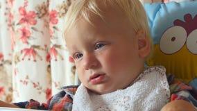 有泪珠的生气婴孩在面颊 股票视频