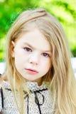 有泪花的美丽的白肤金发的哭泣的小女孩在她的面颊 免版税库存照片