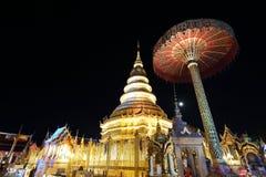 有泰国塔的灯笼 免版税库存照片