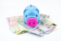 有泰国浴金钱banknot的存钱罐 免版税库存照片