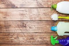 有洗涤剂、刷子和海绵的瓶在木背景 E o r 库存照片