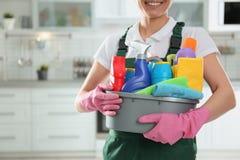 有洗涤剂水池的妇女在厨房里 r 库存照片