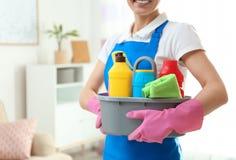 有洗涤剂水池的妇女在客厅,特写镜头 库存图片