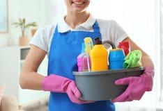 有洗涤剂水池的妇女在客厅 r 库存照片