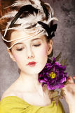 有洛可可式的发型和花的女孩 库存照片