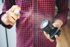 有流体的人喷洒的摄象机镜头 免版税库存图片