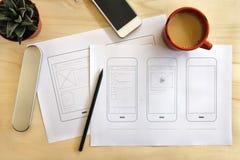 有流动应用wireframe的设计师书桌 免版税图库摄影