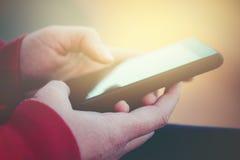 有流动智能手机的女性手 免版税库存图片