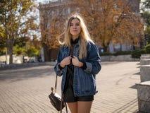 有流动的头发的年轻时髦的少年女孩在牛仔布夹克户外 免版税库存图片