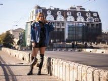 有流动的头发的美丽的时髦的少年女孩在城市桥梁的充分的成长 库存照片