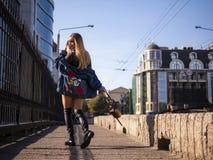 有流动的头发的美丽的时髦的少年女孩在城市桥梁的充分的成长 免版税库存照片