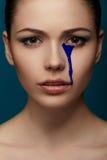 有流动的蓝色油漆的妇女 免版税库存照片
