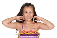 有流动的头发的微笑的女孩 免版税图库摄影