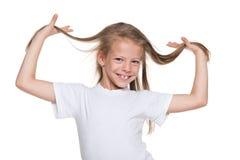有流动的头发的微笑的小女孩 免版税库存照片