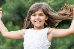 有流动的头发的Llittle女孩户外 免版税库存图片